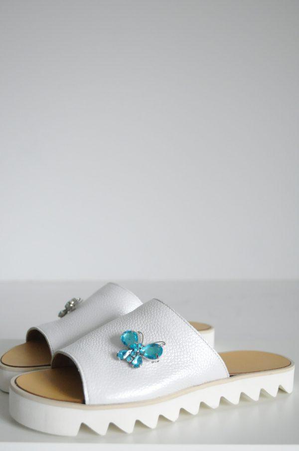Papuci albi cu fluturi