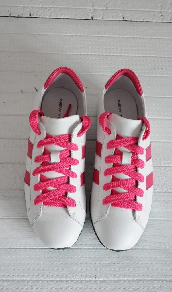Adidasi albi cu dunga roz si siret